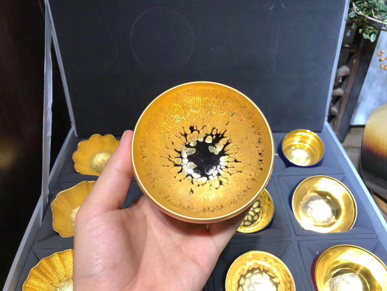从鎏金盏到金油滴, 再从金油滴到刻金釉。 始终坚持建盏铁胎为骨, 一步步的摸索,一点一滴在进步。  ——李昌海老师•铁胎  金盏系列